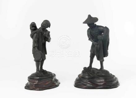 2 Okimono Japan, 20.Jh. Bronze, dunkel brüniert. Signiert Toyohisa. Affenschausteller bzw. Fischer