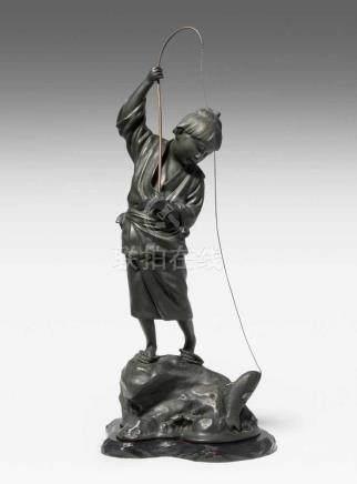 Okimono Japan, 20.Jh. Bronze, dunkel brüniert. Signiert Seihô. Angelnder Junge auf Felsen stehend. H