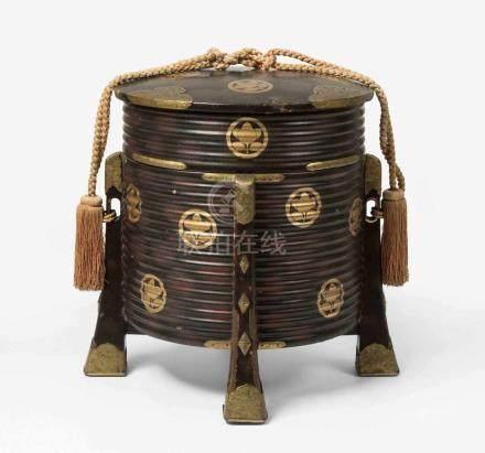 Hakko-bako Japan, Edo-Zeit, 19.Jh. Holz mit Schwarzlack. Gerippter, zylinderförmiger Behälter mit