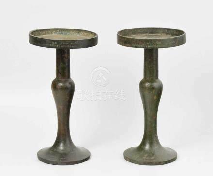 1 Paar Presentoirs Wohl Korea. Bronze, grün patiniert. Runde Schale mit kurzer Wandung über