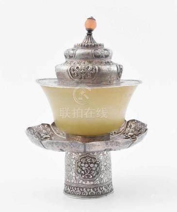 Teeschale mit Stand und Deckel Tibet. Ständer und Deckel aus getriebenem und ziseliertem Silber.