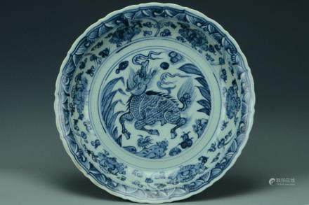 A LARGE MING DYNASTY BLUE AND WHITE BARBED DISH