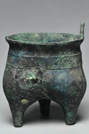 A BRONZE RITUAL FOOD VESSEL LIDING