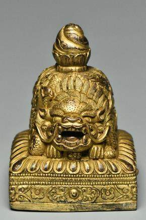 A GILT BRONZE SEAL WITH CHARACTERS