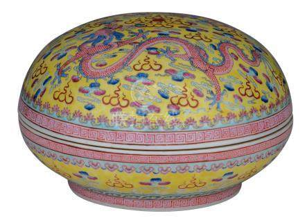 A Chinese yellow ground famille rose bowl and cover, decorated with dragons and a flaming pearl amid clouds, with a Qianlong mark, about 1900, H 15,5 - ø 24,5 cm