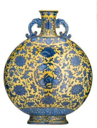 A Chinese yellow ground blue and white moon flask, decorated with scrolling lotus and peaches, with a Qianlong mark, H 49,5 cm