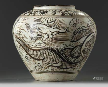 A LARGE CHINESE CIZHOU-STYLE 'DRAGON AND PHOENIX' JAR