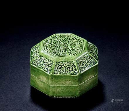 五代绿釉印花卷草八棱香盒