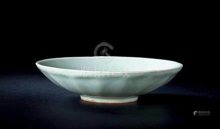 南宋龙泉窑粉青釉莲瓣纹碗