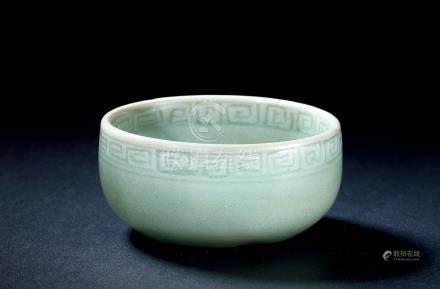 明早期处州龙泉青釉印花牡丹纹卧足碗
