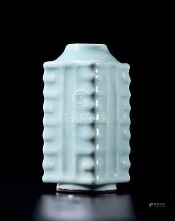 清十八世纪粉青釉琮式瓶