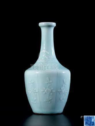 清乾隆粉青釉模印花卉盘口瓶