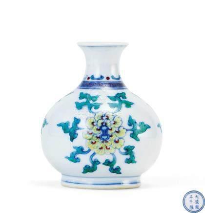 鬥彩花卉紋小瓶(清雍正)