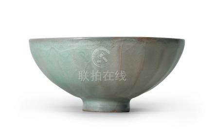 官窯青釉蓮瓣紋碗(南宋)