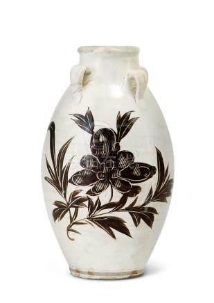 磁州窯白釉黑彩刻劃牡丹紋四系橄欖瓶(金)