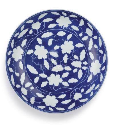 清雍正   灑藍釉白花花卉紋盤《大清雍正年製》款