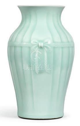 清雍正   冬青釉包袱瓶《大清雍正年製》款