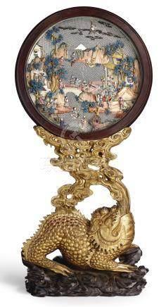 清乾隆   染色象牙雕群仙賀壽圖圓屏  配 「金蟾吐珠」金漆木座