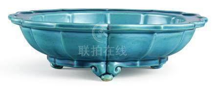 清雍正   孔雀藍釉菱口水仙盆《大清雍正年製》款