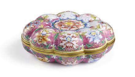 清乾隆   北京銅胎畫琺瑯粉地番蓮紋瓜棱式蓋盒《乾隆年製》款
