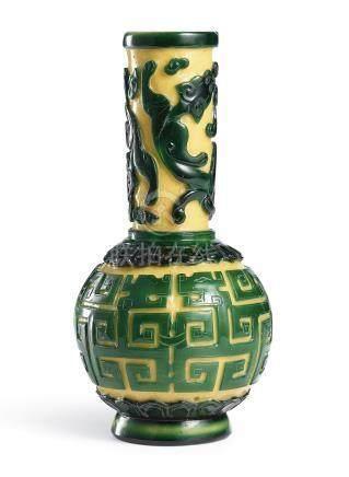 清乾隆   黃地套綠料螭龍紋長頸瓶《大清乾隆年製》款