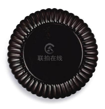 宋   黑漆菊瓣盤 《玉》款