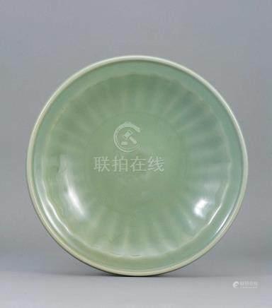 明  龍泉窑青釉菊辨紋盤