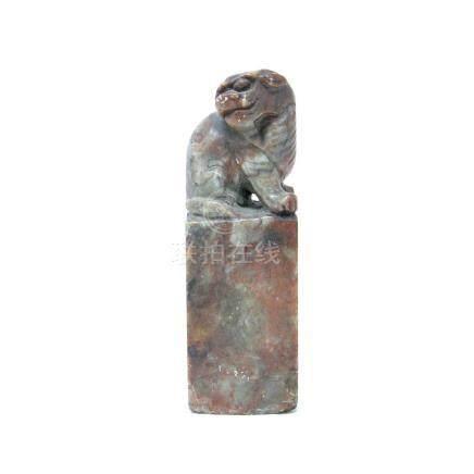 """Cachet en pierre surmonté d'un chien de Fo (accident rayures et marqué """" donné par josephine"""