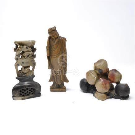Lot de trois objets en pierre et pierre de lard Le personnage porte une signature sous la ba