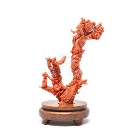 Groupe en corail rouge sculpté figurant personnages féminins, un enfant et des volatiles. Ch