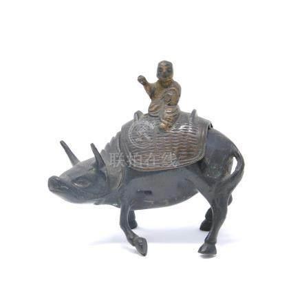 Petit sujet en bronze figurant un jeune garcon bouvier sur le dos d'un  buffle. Chine, Fin X