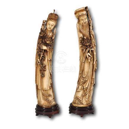 Couple d'okimono en ivoire sculpté et patiné représentant une déesse du printemps et un Shou