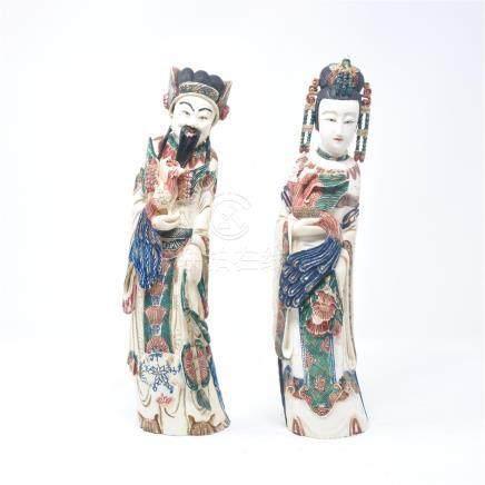 Couple de dignitaires en ivoire polychrome sculpté, tenant chacun un phénix. Chine, milieu X