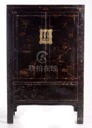Armoire chinoise en bois noirçi ouvrant à deux portes