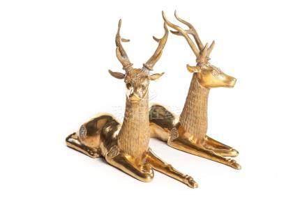 Deux cerfs couchés en bronze doré.