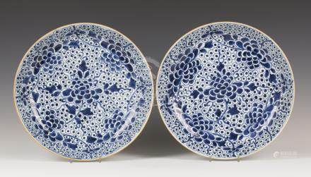 A pair of Chinese blue and white export porcelain circular dishes, Kangxi period, each interior