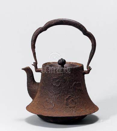 花卉紋鉄壺