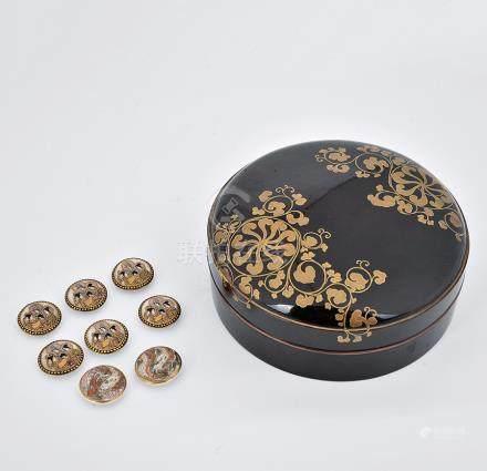 日本Satsuma衣鈕一套八粒及日本黑漆描金花卉紋圖蓋盒