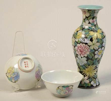 Lot de trois objets en porcelaine polychrome de Chine compre