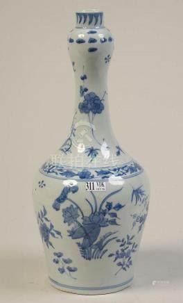 Vase en porcelaine bleue et blanche de Chine au décor floral