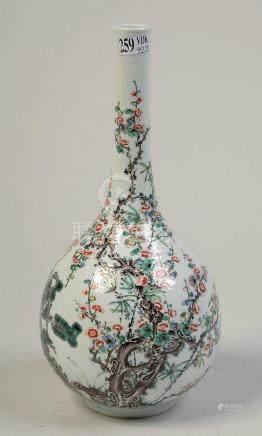 """Vase solifore en porcelaine polychrome de Chine décoré de """"F"""