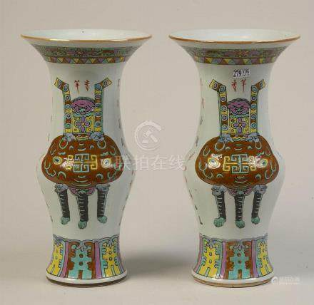 Paire de vases en porcelaine polychrome de Chine décorés de