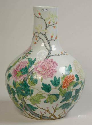 """Grand vase en porcelaine polychrome de Chine décoré de """"Pivo"""