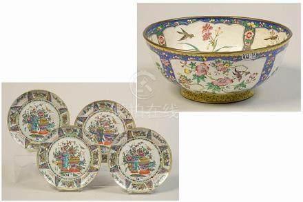 Quatre assiettes en porcelaine polychrome de Chine décorées