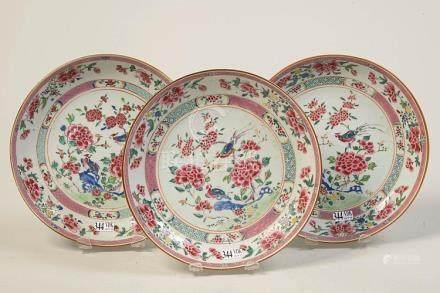 Série de trois compotiers en porcelaine polychrome de Chine