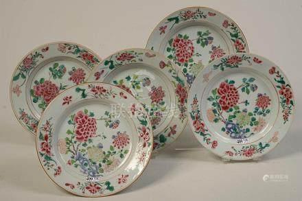 Suite de cinq assiettes Qianlong en porcelaine polychrome de