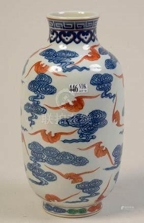"""Vase en porcelaine polychrome de Chine décoré de """"Chauves-so"""