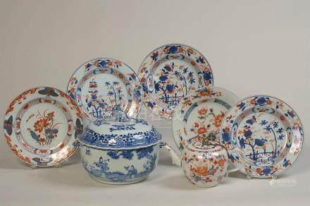 Ensemble de 7 porcelaines de Chine comprenant : cinq assiett
