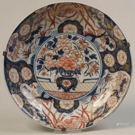 """Grand plat en porcelaine Imari décoré d'un """"Vase fleuri"""". Tr"""