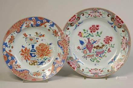 Deux grands plats ronds en porcelaine polychrome de Chine au